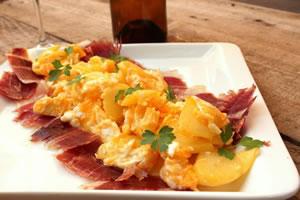Rührei mit zerbrochenen Eiern, Kartoffeln und iberischem Schinken